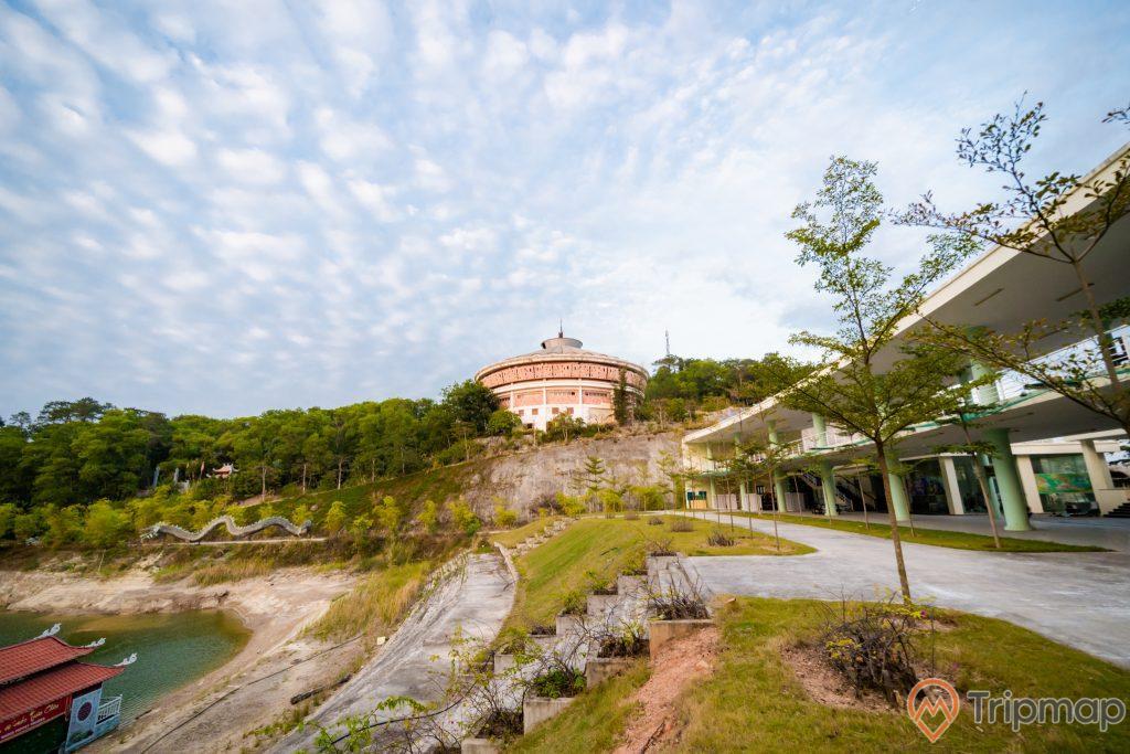 Tuần Châu Park, nhiều thảm cỏ xanh, đường đi màu xám, nhiều cây xanh, ảnh chụp ban ngày, trời xanh nhiều mây