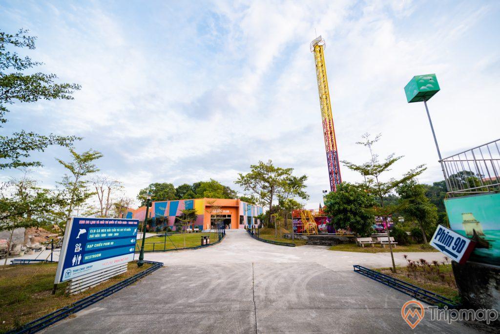 Tuần Châu Park, nền đường màu xám, bảng giới thiệu màu xanh, nhiều cây xanh, ảnh chụp ban ngày