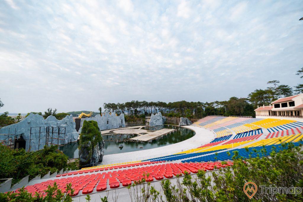 Tuần Châu Park, nhiều ghế ngồi màu đỏ, nhiều ghế ngồi màu xanh, nhiều ghế ngồi màu vàng, hồ nước, nhiều cây xanh, trời xanh nhiều mây, ảnh chụp ban ngày